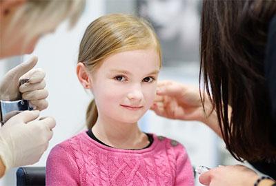 Во сколько лучше прокалывать уши девочке комаровский